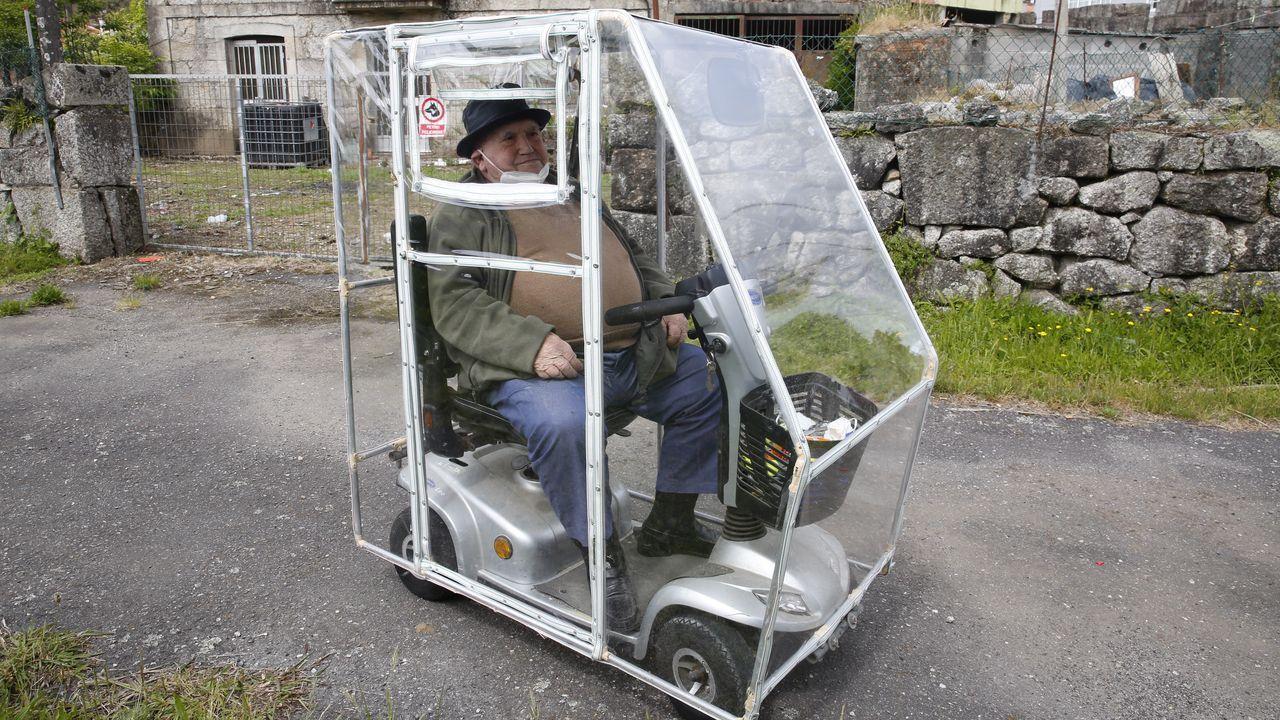 Pereira, vecino de Barro que le hizo una cubierta de plástico al andador eléctrico.La Pepita, en Cobián Roffignac, en Pontevedra
