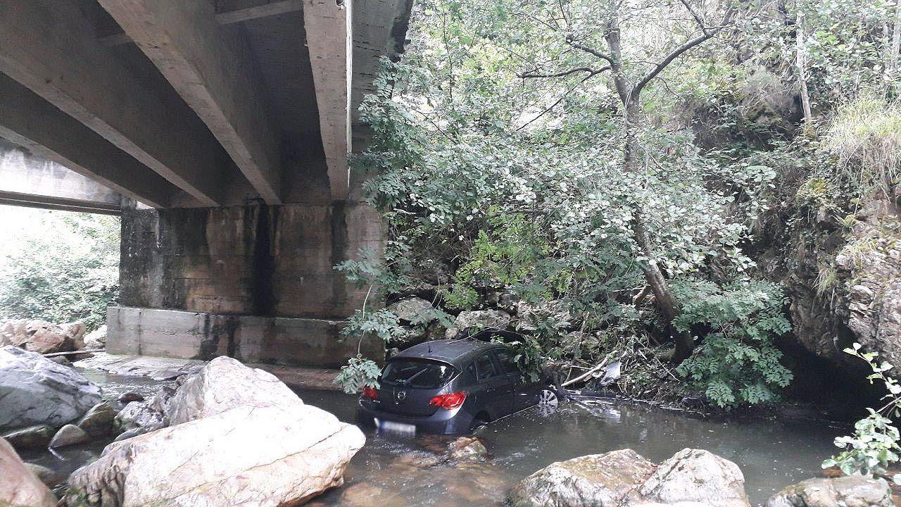 El vehículo que cayó desde ocho metros al río en Proaza