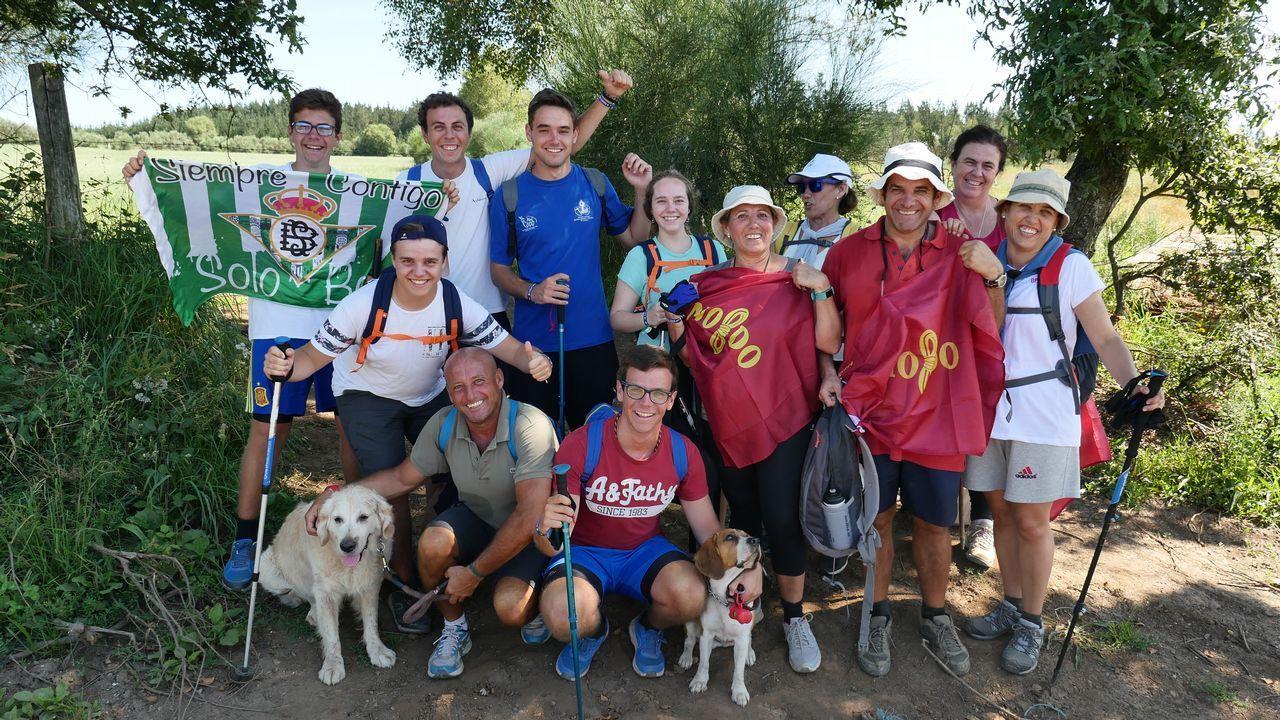 Esta familia sevillana, Los García del Saz, hacen el Camino con sus perros y reconocen que aquí también hace calor