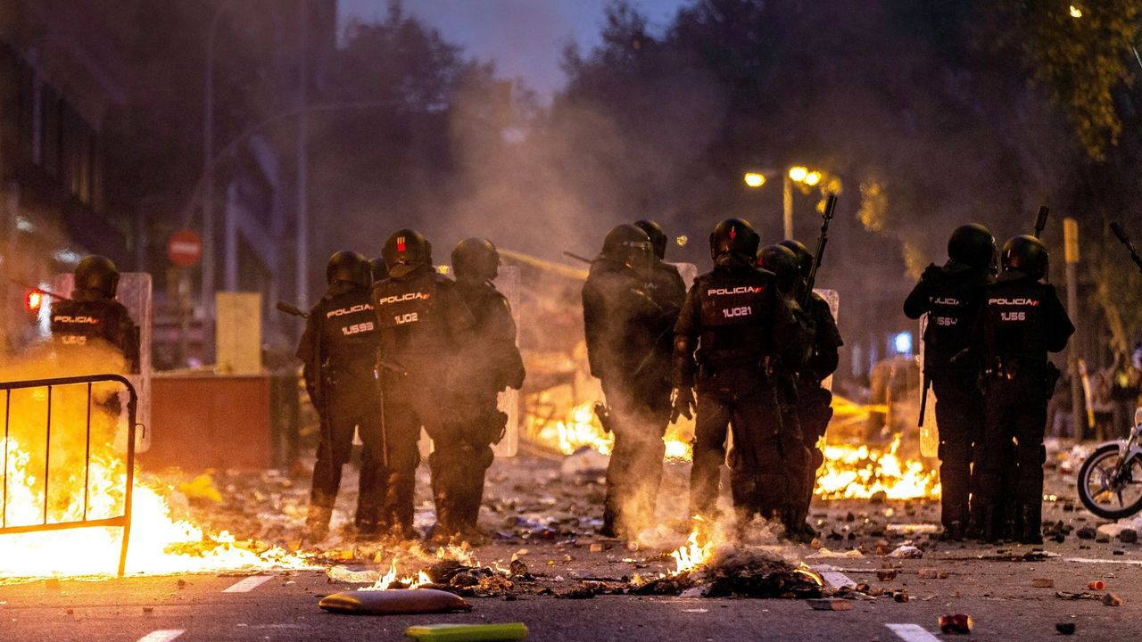 Sánchez asegura que esta vez «sí o sí» habrá Gobierno progresista.Policías antidisturbios durante los incidentes que se produjeron en Barcelona el pasado día 18 de octubre