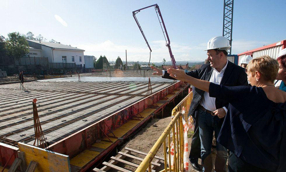 El conselleiro Román Rodríguez durante su visita de ayer a las obras del colegio de Roxos.