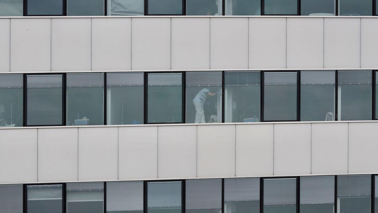 Una persona realiza labores de limpieza en una de las habitaciones del HUCA