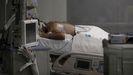 Un enfermo en una cama de cuidados intensivos del Hospital de Emergencias Isabel Zendal de Madrid