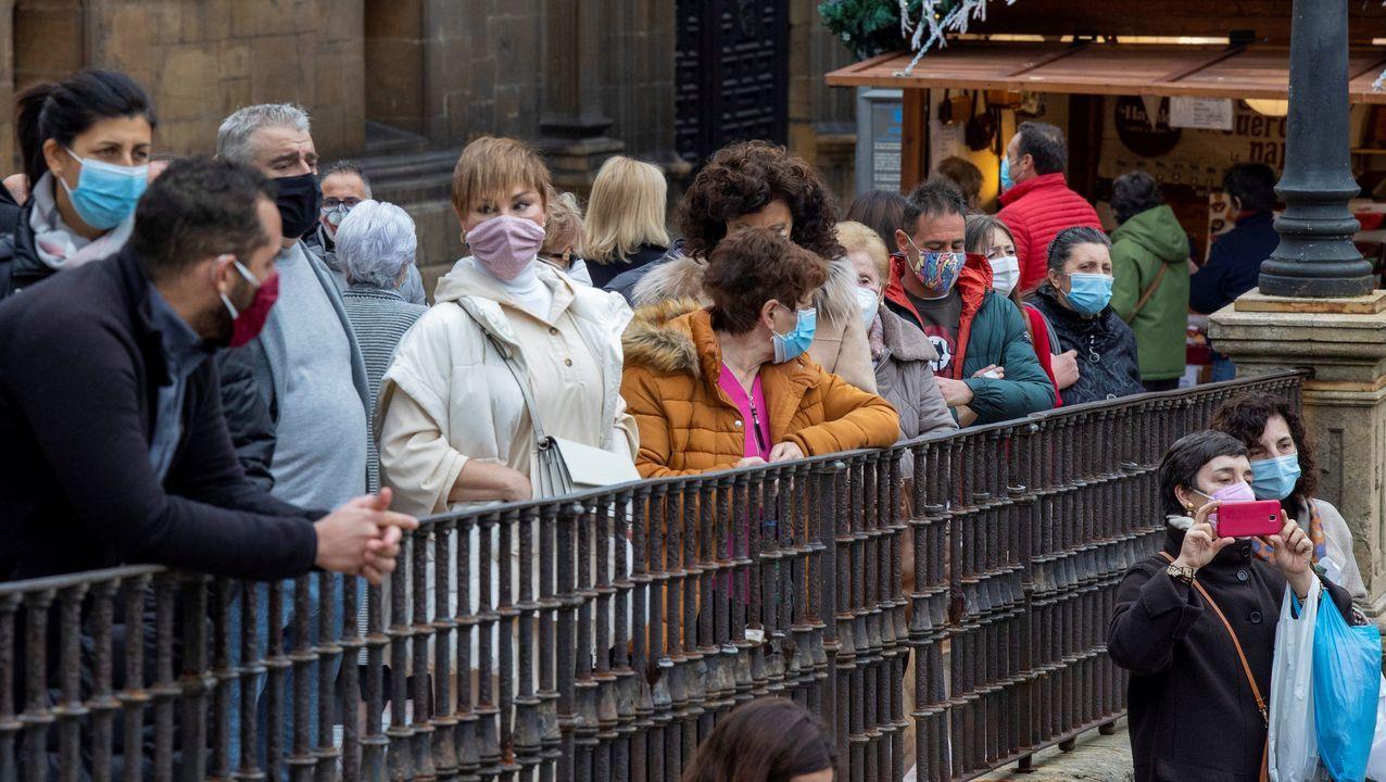 Personas pasean por la plaza de la Catedral, en Oviedo.