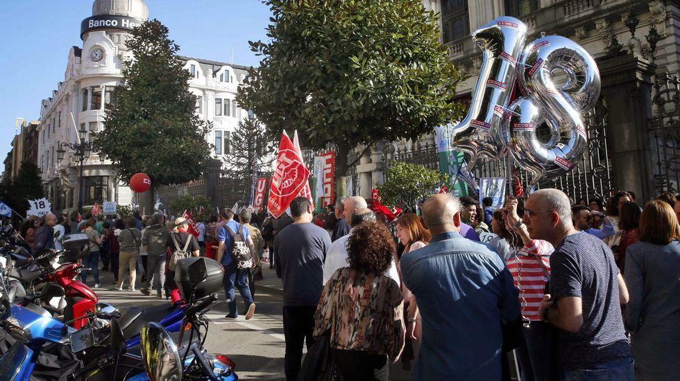 Varios centenares de docentes se manifiestan en Oviedo para exigir el recorte de la jornada lectiva