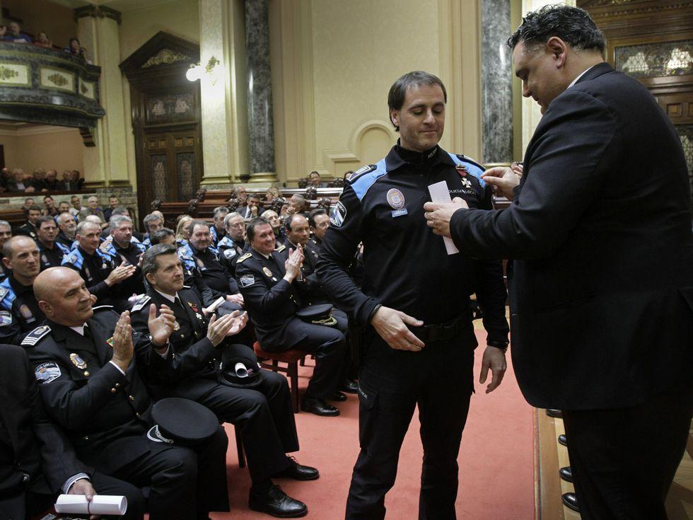 Julio Flores, condecorando a uno de los agentes.