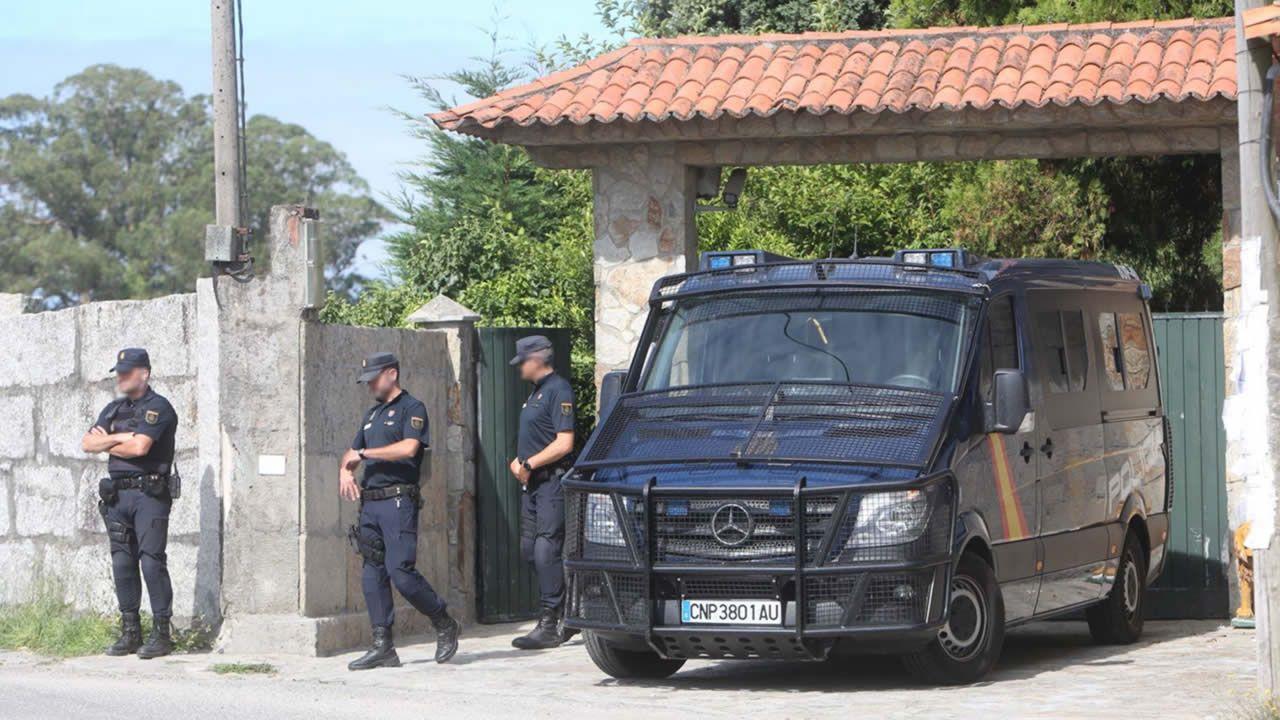 Un histórico narcotraficante asturiano, detenido tras 15 años huyendo de la Justicia.Un furgón policial en la puerta de la casa de Manuel Charlín