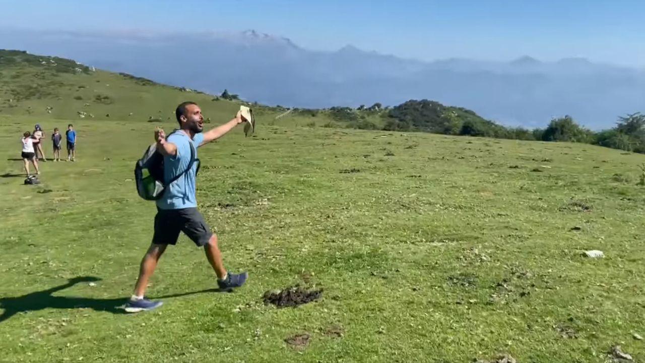 Thabet, los nuevos «ojos» de José Manuel, ya pasea por Os Castros.Jesús Candel, Spiriman, en Asturias subiendo al Pico Pienzu