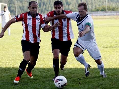 Dos jugadores del Lourenzá corren por el balón ante el O Páramo.