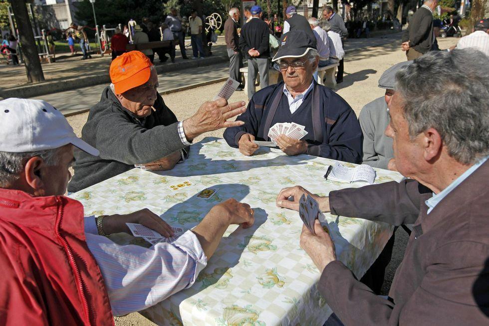 Jugar a las cartas en las plazoletas de la ciudad es una de las aficiones de los vigueses.