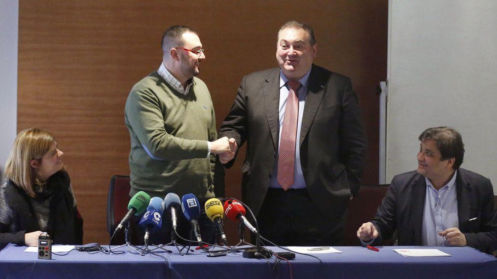 Avilés calla por las víctimas. Adrián Barbón (2i), y el coordinador general de IU de Asturias, Ramón Argüelles (2d),