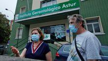 Familiares de ancianos que viven en la residencia El Carmen, en Gijón, esperan en la entrada