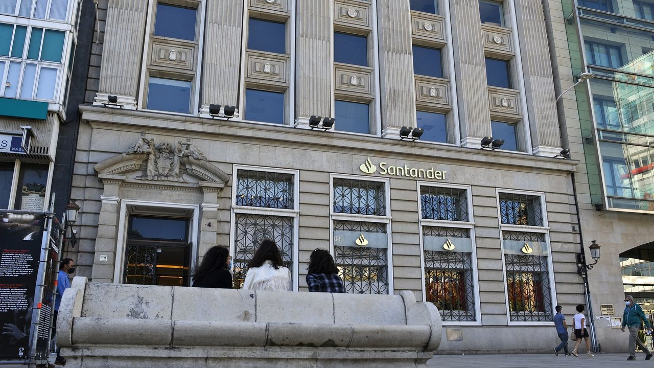 Susto en una oficina bancaria de San Andrés a causa de una colilla.Edificio del Banco Santander en el centro de A Coruña
