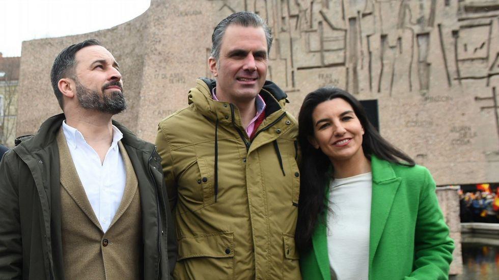 Ayuso añora «los atascos a las tres de la mañana un sábado» en Madrid, «una seña de identidad de nuestra ciudad».Abascal (izquierda), junto a Ortega Smith y Rocío Monasterio