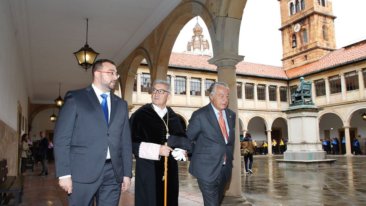 Adrián Barbón, Santiago García Granda y Ladislao «Lalo» Azcona caminan bajo los arcos del Edificio Histórico de la Universidad, en el inicio de curso