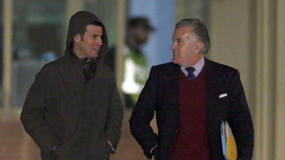 Bárcenas acompañado de su hijo Guillermo, a su salida de la prisión madrileña de Soto del Real el pasado 22 de enero