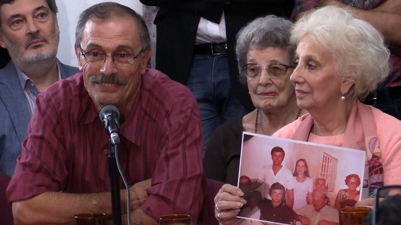 Carlos Alberto Solsona, el padre de la mujer identificada, con Estela de Carlotto, presidenta de las Abuelas de Plaza de Mayo