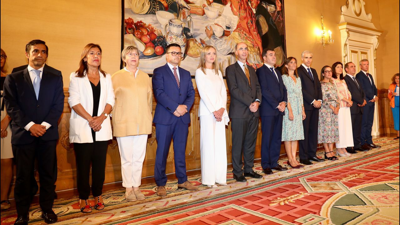 Imagen con los conselleiros salientes (Beatriz Mato José Manuel Rey Varela) con los entrantes y los que siguen en el Ejecutivo de Feijoo.