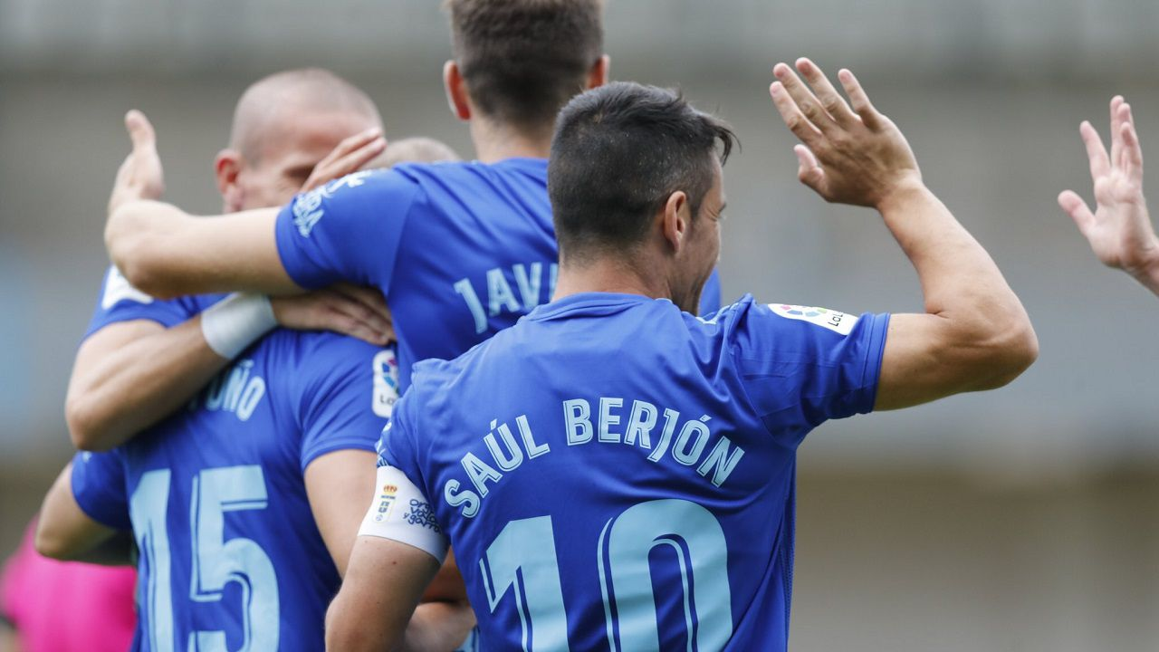 Los jugadores del Real Oviedo, con Saúl en primer plano, celebran un gol