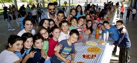 Alumnos, padres y profesores compartieron una comida familiar en el patio del Xosé Pichel.