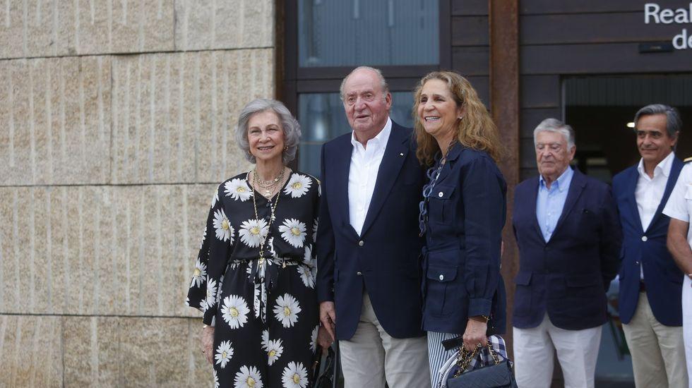 La reina Sofía, el rey Juan Carlos y la infanta Elena, en Sanxenxo, en septiembre del 2019