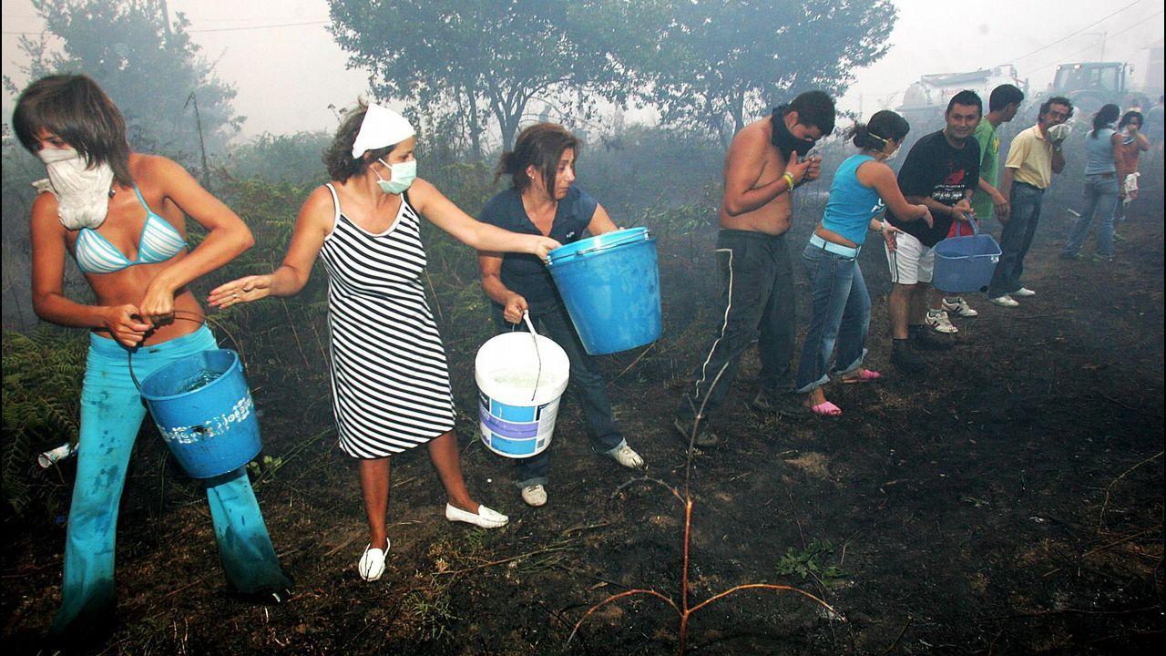 Así fue la lucha de los vecinos contra la ola de incendios del 2006.Agentes del Seprona investigan un incendio