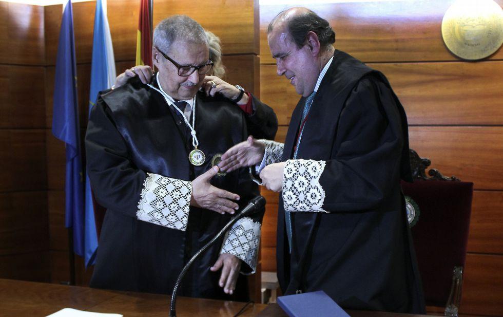 Antonio Platas recibió la medalla de manos del decano del colegio, Augusto Pérez-Cepeda.