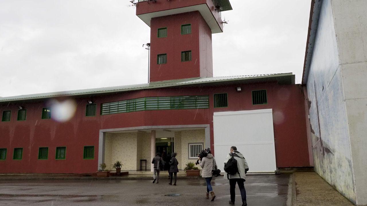 El joven condenado por agredir sexualmente a una menor en la Praza Maior de Lugo entra en los juzgados.Penal de Teixeiro