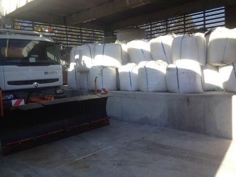 ...Camión quitanieves con sacos de sal preparados en A Cañiza