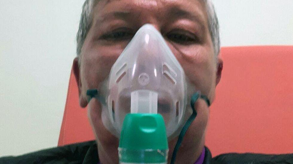 Un afectado por la nube tóxica de Avilés con mascarilla.Un afectado por la nube tóxica de Avilés con mascarilla
