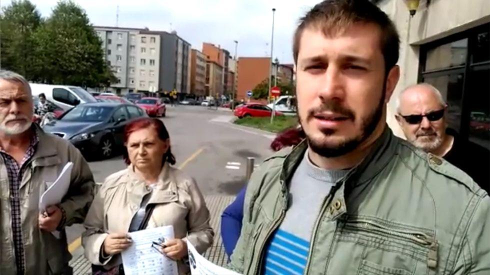 El PP se reafirma en la variante de Carballo y carga contra Sánchez.Adrián Arias, junto a otros dirigentes vecinales, a las puertas de la Casa del Mar