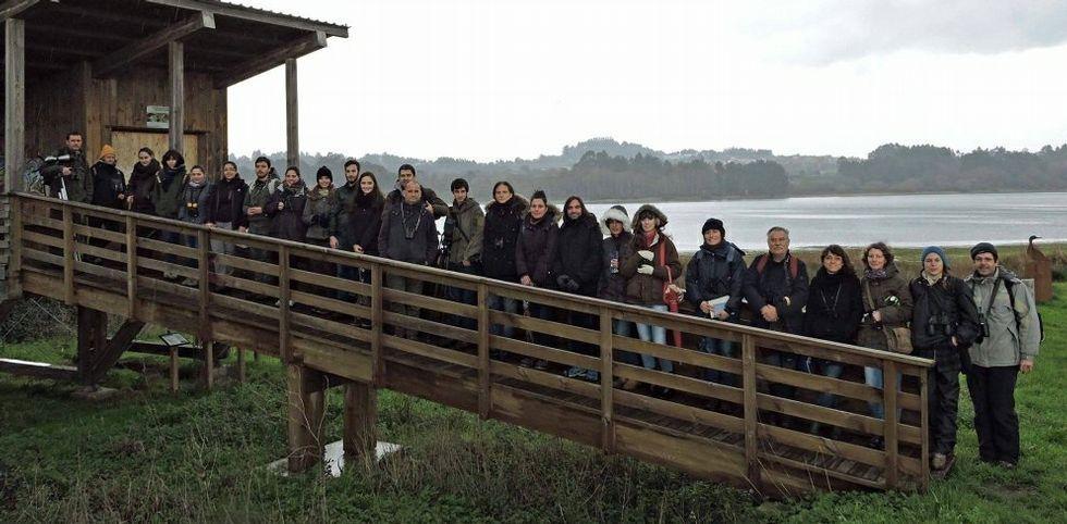 Los alumnos de la Escuela de Naturalistas que promueve el grupo Hábitat, en el observatorio de Crendes.