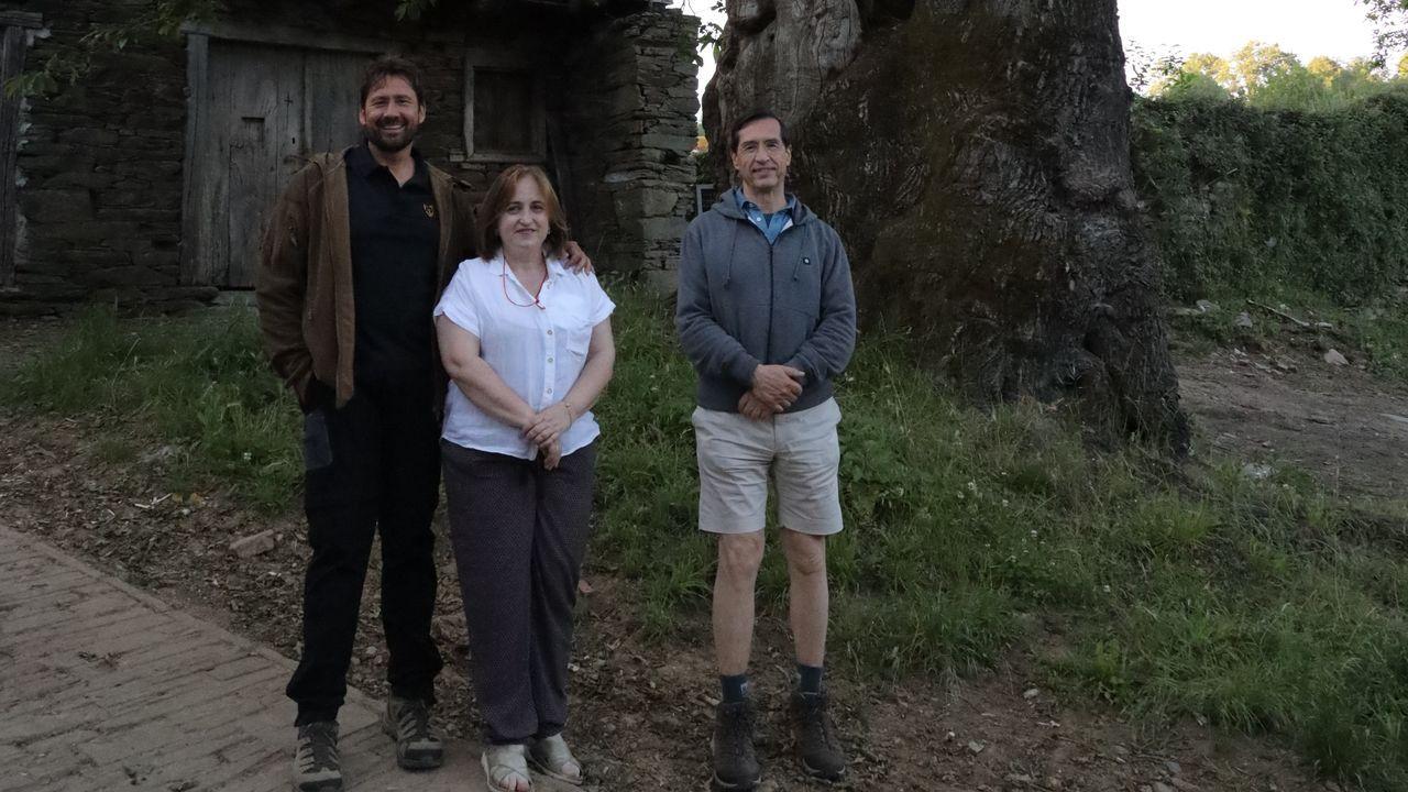 La alcaldesa de Triacastela, Olga Iglesias, junto al productor de la serie, Miguel Ángel Tobías y el médico Jose María Poveda