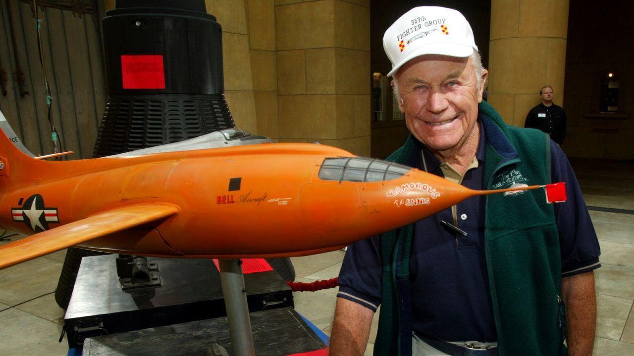 Chuck Yeager junto a una maqueta del avión Bell X-1, en una imagen del 2003