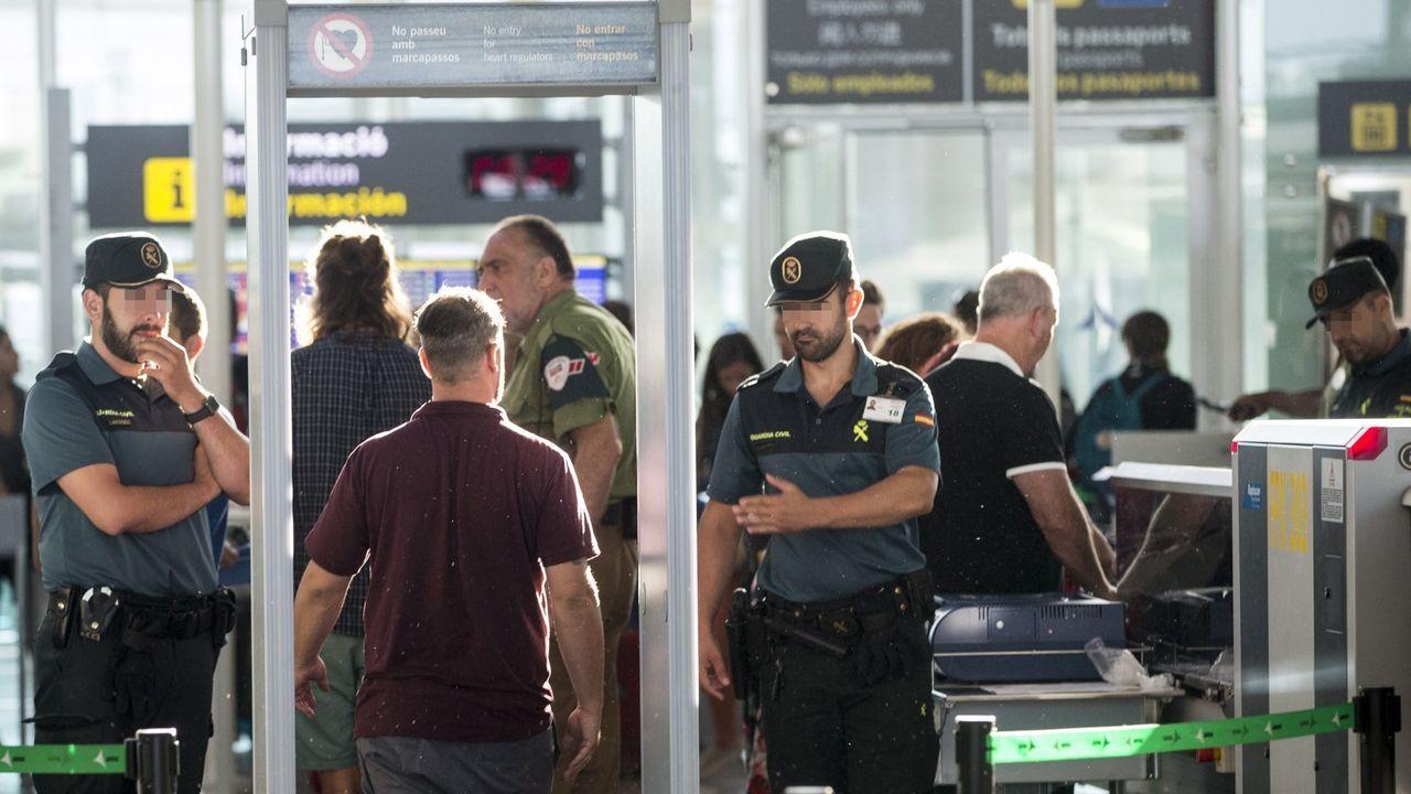 Imagen de un control de pasajeros de la Guardia Civil en el aeropuerto de El Prat