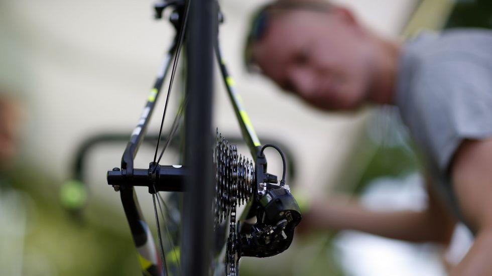 Un mecánico del Tinkoff Saxo revisa que todo esté a punto en una de las bicicletas
