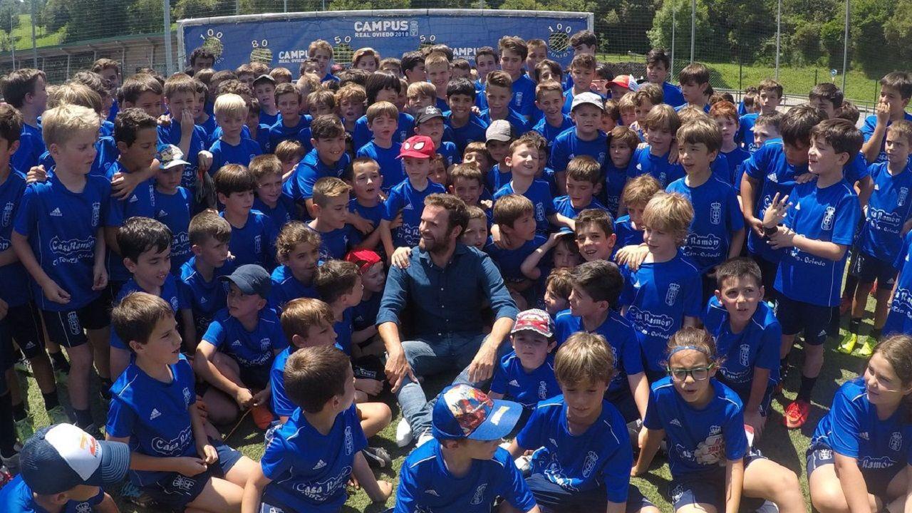 Juan Mata Manchester United Real Oviedo.Mata posa con los niños del campus del Real Oviedo