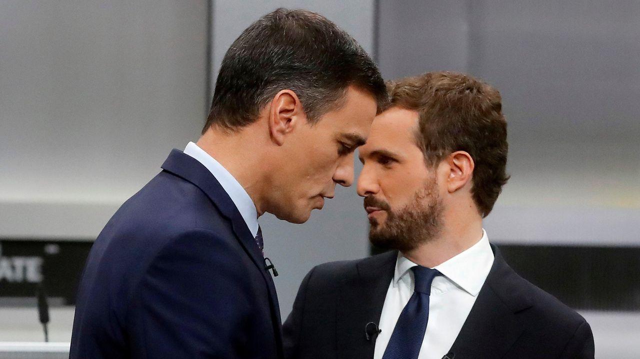 Pedro Sánchez y Pablo Casado, momentos antes del inicio del debate electoral de las generales del 2019