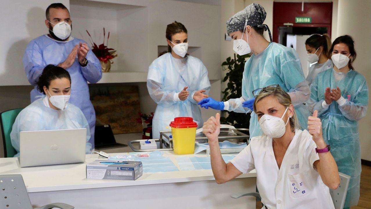 Socorro Mancebo, técnico auxiliar de cuidados del ERA, y la primera profesional sociosanitaria que se ha vacunado en el Principado de la vacuna contra el covid-19