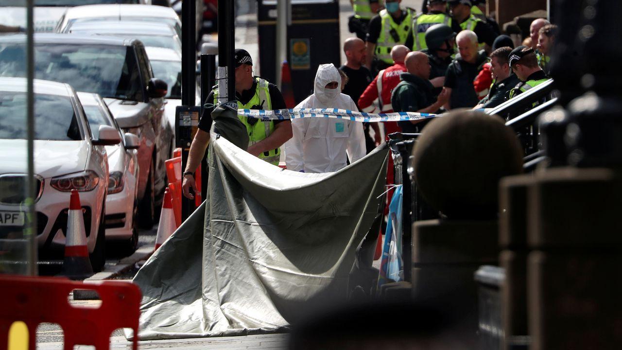 Los forenses examinan el lugar donde el atacante cayó abatido por los disparos de la policía