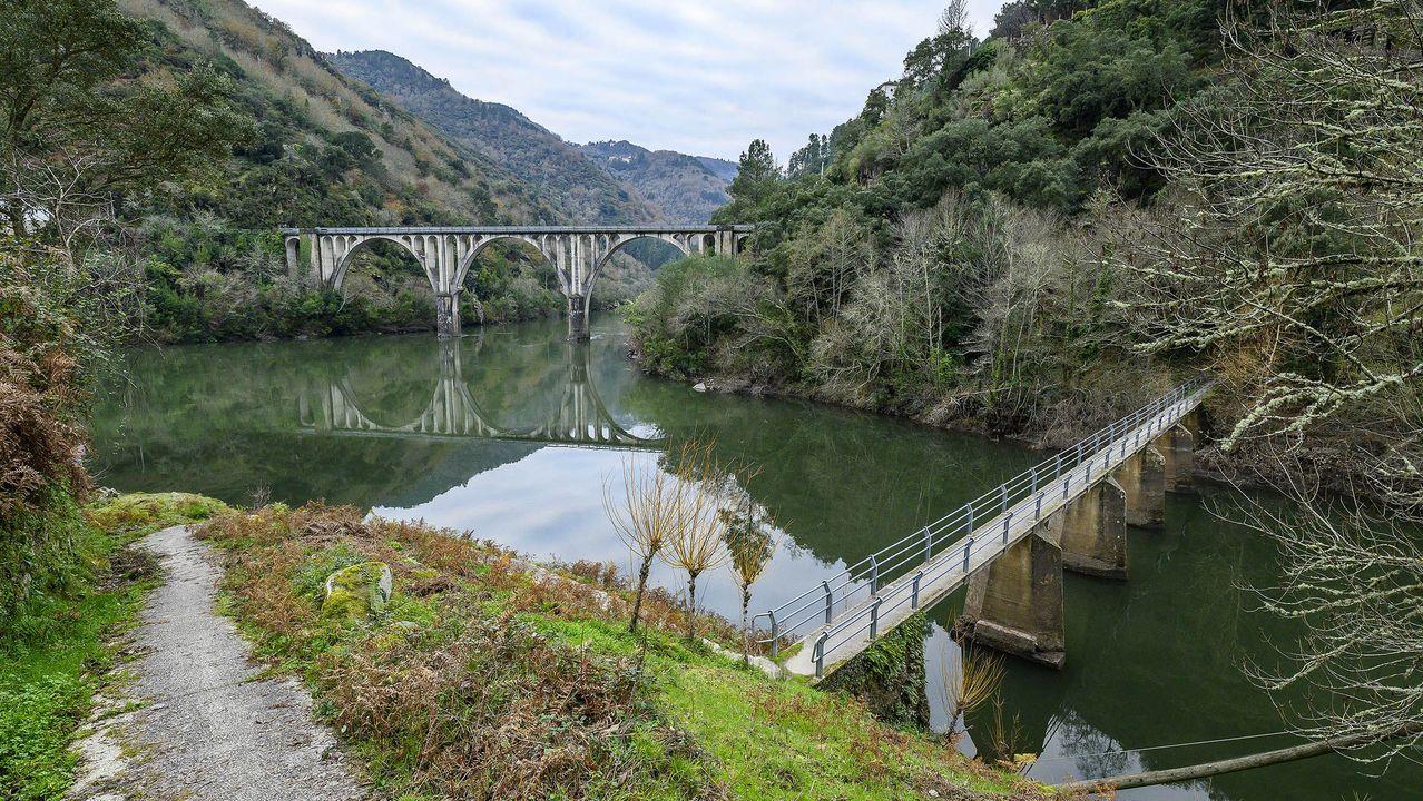 Puente sobre el Sil —al fondo— y pasarela sobre el Cabe, a la izquierda