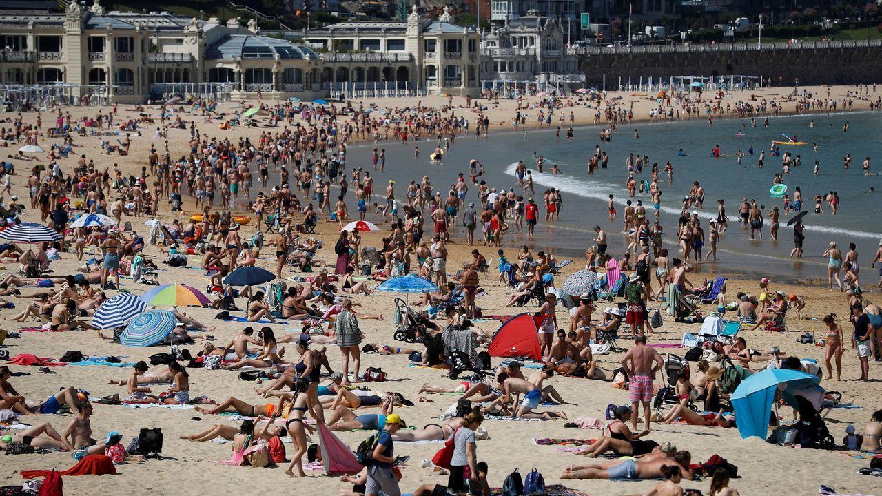 Donostiarras y visitantes combaten el calor este miércoles en la playa de La Concha de San Sebastián