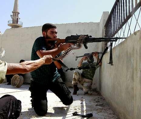 Unos rebeldes durante los combates en Suleiman Al-Halabi, cerca de Alepo.