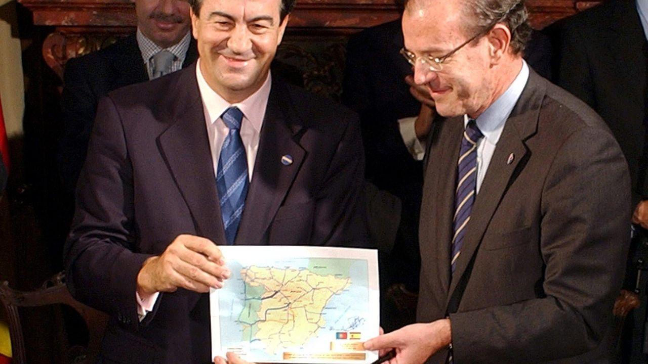 Para el 2009. Cascos y Carmona mostraban en el 2003 el mapa de la alta velocidad peninsular. El tren rápido entre Oporto y Vigo se había pintado para el 2009. Los presidentes Aznar y Barroso certificaban con su aplauso el calendario. Lanzaban así el tercer estudio sobre la salida sur tirando los dos anteriores, que habían costado dos millones de euros.