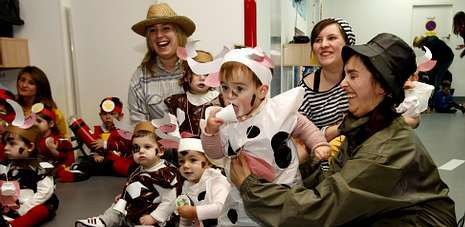 Los niños y las profesoras de la escuela infantil A Braña celebraron ayer una de las primeras fiestas de entroido de la comarca