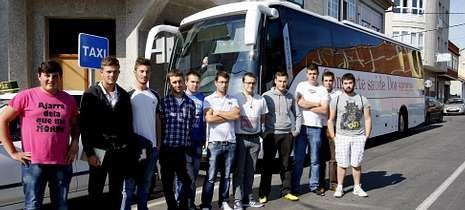 Los estudiantes posaron ante la unidad móvil del Centro de Transfusión de Galicia.