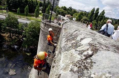 Las familias rotas en Angrois.La Xunta limpió el puente romano en agosto, después de que el Valedor estudiase el caso.