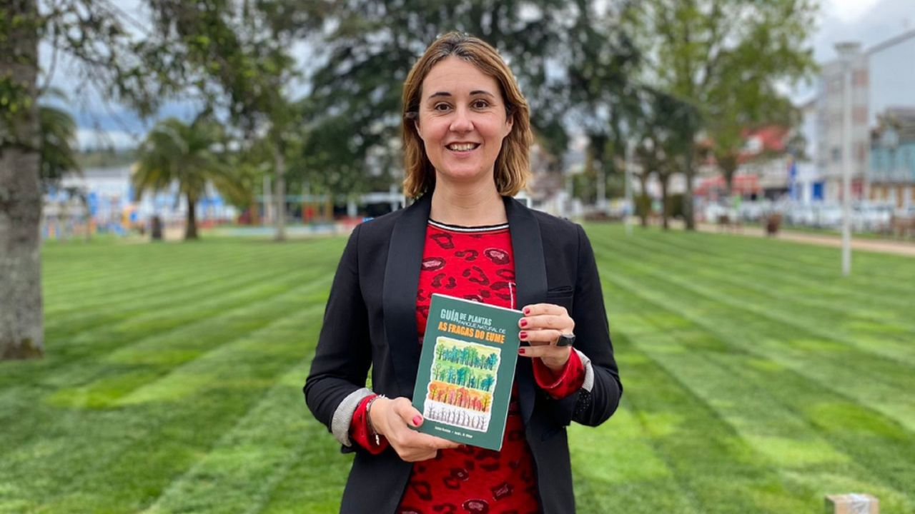 Elena López, concejala de Turismo, muestra un ejemplar de la guía