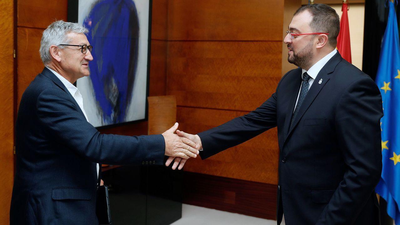 El presidente del Principado de Asturias, Adrián Barbón (d), saluda al rector de la Universidad de Oviedo, Santiago García Granda (i),