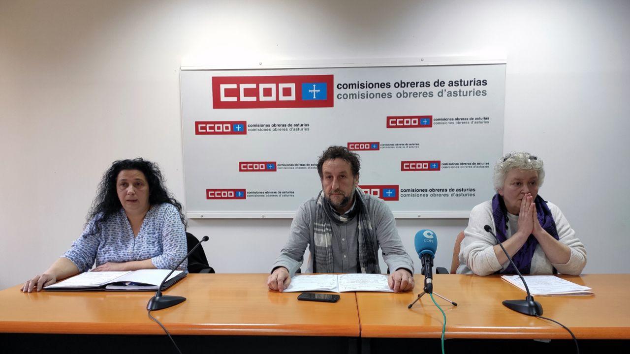El secretario general de la federación de Servicios de CCOO de Asturias, Alfredo García; la responsable de comercio en UGT, Ana del Rosal; y la responsable de Servicios de USO, Margarita Quintano.